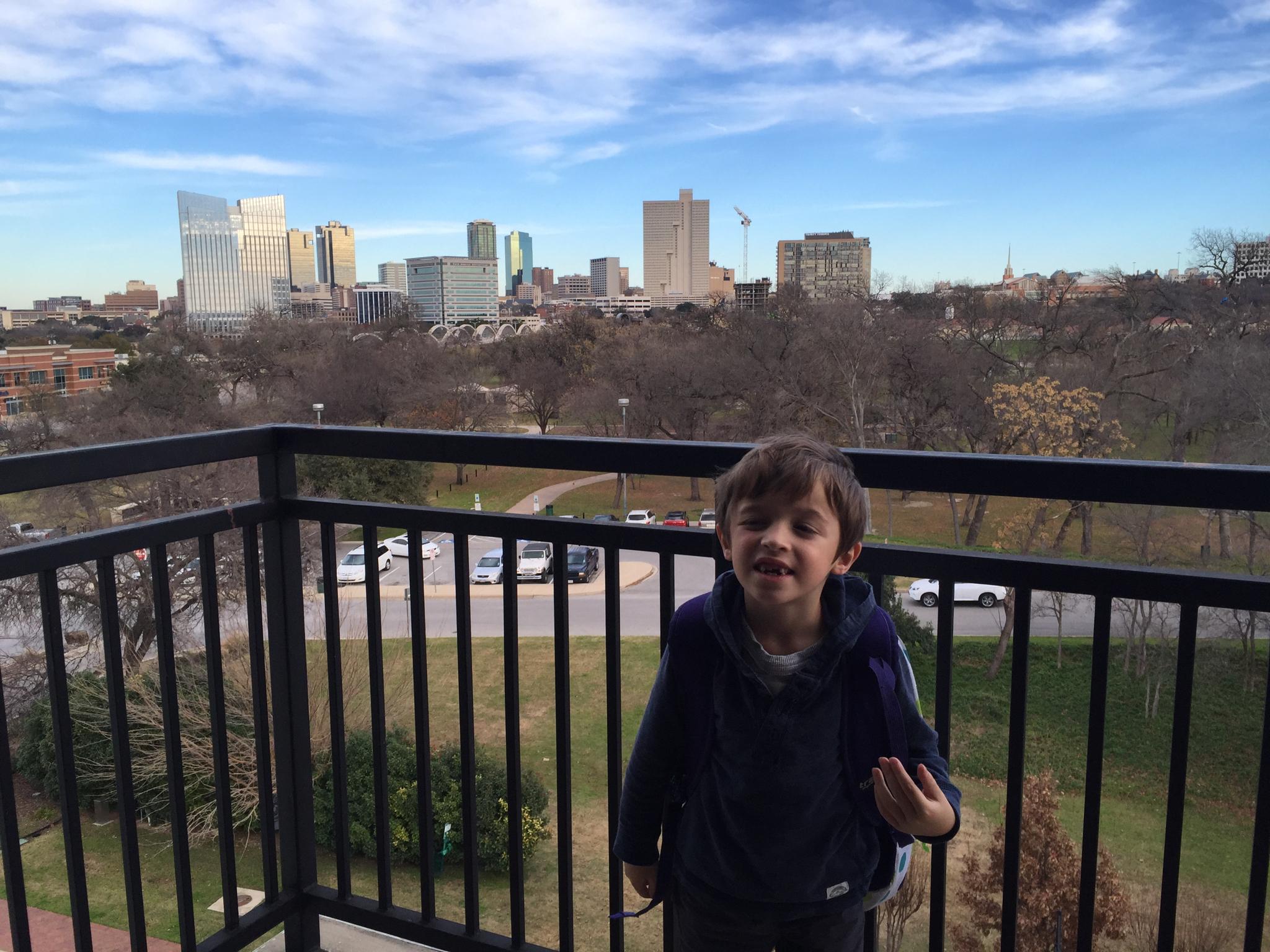 Un nét meu admirant el Downtown de Fort Worth des del meu balcó